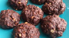 This no-bake chocolate oatmeal cookies features coconut oil and peanut butter for a quick and tasty treat. Köstliche Desserts, Healthy Desserts, Delicious Desserts, Dessert Recipes, Chocolate Desserts, Recipes Dinner, Healthy Recipes, Healthy Treats, Yummy Treats