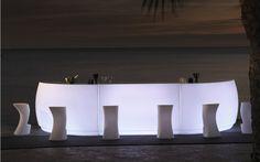 Bar Theke mit integrierter Beleuchtung, um stilvoll den Abend zu genießen