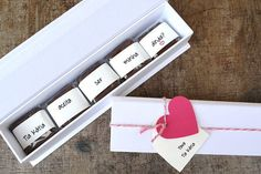 Caixa de brownies personalizada da Yeah Brownies Bridesmaids And Groomsmen, Kids And Parenting, Usb Flash Drive, Baby Boy, Paper Crafts, Baby Shower, Invitations, Inspiration, Gabriel