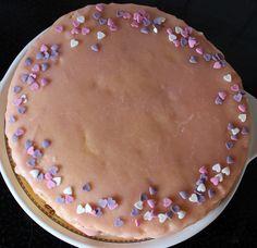 Mon gâteau de la Saint-Valentin, une génoise toute simple, coupée en deux et farcie de fraise et de crème vanille! http://fabricoletout.blogspot.com