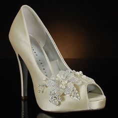 Ivory Wedding Shoes – Choosing the Best Bridal Shoes for a Classic Wedding Wedding Shoes Heels, Bride Shoes, Wedding Pumps, Fairy Shoes, Bridal Sandals, Princess Shoes, Cinderella Shoes, Glass Slipper, Bridal Accessories