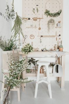 52 ideas for home office design workspaces peg boards Studio Interior, Shop Interior Design, Workspace Design, Home Office Design, Tante Emma Laden, Flower Shop Interiors, Flower Shop Design, Flower Shop Decor, Deco Kids