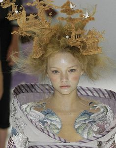 Gemma Ward at Alexander McQueen Spring 2005 .  Hat by Philip Treacy .