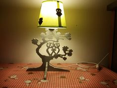 Lampe de chevet en bois chantourné.