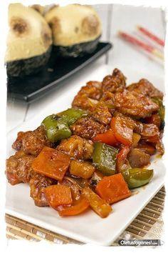 Cerdo agridulce Tiempo de preparación: 45 minutos Tiempo de cocción: 30 minutos Personas: 2 personas INGREDIENTES: 400g de carne de cerdo 1/2 pimiento rojo 1/2 pimiento verde 1 cebolla 1 lata pequeña de piña en su jugo salsa agridulce sal aceite de oliva PREPARACIÓN: http://cocina.facilisimo.com/blogs/recetas-segundos/cerdo-agridulce_1238345.html?fba