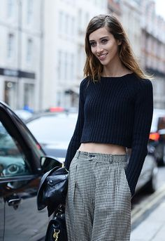 A barriga de fora sai das passarelas e ganha as ruas - Vogue | Moda