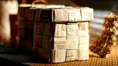Sanomalehtipaperista punottu kori.