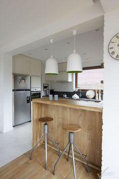 Zdjęcie: Biała kuchnia z drewnem