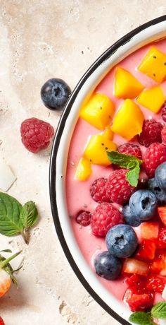 Smoothies serviert man nicht nur im Glas sondern auch in der Schüssel. Smoothie Bowls sind der neue Frühstückstrend. Probieren Sie ihn jetzt mit dem REWE Rezept »  https://www.rewe.de/rezepte/beeren-smoothie-bowl/