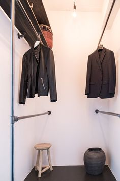 lille walk-in-closet med mange muligheder Walk In Robe, Walk In Closet, Farm House, Storage Ideas, Wardrobe Rack, Showroom, Walking, Interior, Diy