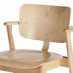 Den finska klassikern – stolen Domus – formgavs som en universalstol för att tillgodose de olika behoven på Domus Academicas studentboende i Helsingfors. Domus skulle fungera som en arbetsstol i studentrummen, men även i hallar, aulor, matbespisningar och kontor m.m. Domus blev en stor succé i Finland och den första finskdesignade möbel som exporterades och även producerades under licens i andra delar av världen, som hos Knoll International i USA. Ilmari Tapiovaara var en av de största…