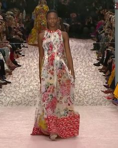 Carolina Herrera Look 25 : Colorful Halter Sheath Maxi Summer Dress with Floral Print. New York Spring 2019 Runway Show Collection by Carolina Herrera Women's Runway Fashion, Fashion 2020, Look Fashion, High Fashion, Fashion Show, Fashion Outfits, Fashion Weeks, Lovely Dresses, Beautiful Outfits