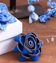 Creative DIY Projects With Zippers - Zipper Flower Brooch - Easy Crafts and Fashion Ideas With A Zipper - Jewelry, Home Decor, School Supplies and DIY Gift Ideas - Quick DIYs for Fun Weekend Projects http://diyjoy.com/diy-projects-zippers