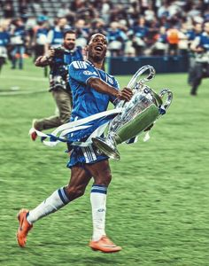 Didier Drogba with the Champios League trohy Chelsea Football Team, Chelsea Players, Chelsea Fans, College Football, Chelsea Wallpapers, Chelsea Fc Wallpaper, Manchester United Fans, Soccer Inspiration, European Soccer