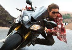 スタントを使わずバイクの運転までこなすトム・クルーズ