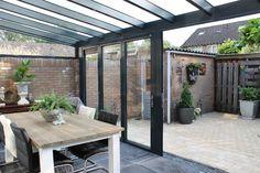 Grijze aluminium veranda met vouwwanden