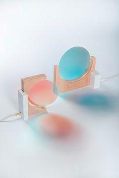 Night & Day Lamp par Éléonore Delisse Les couleurs qui oscillent dans la lampe sont coordonnée avec le rythme circadien du corps et peuvent aider à rééquilibrer nos cycles internes. En réglant le cycle toutes les 24 heures, la lumière change due à un verre dichroïque tournant lentement. Dans la matinée, il jette une lumière bleue fraîche pour stimuler l'éveil. Dans la soirée, il brille d'un ambre chaud, entraînant une augmentation de la production de mélatonine pour aider à s'endormir. En…