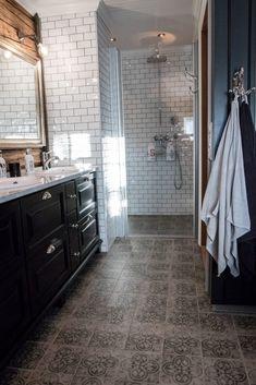 Lekkert bad med tømmervegg – Nr 14 – Interiørhjelp Alcove, Bathtub, Bathroom, Standing Bath, Bath Room, Bath Tub, Bathrooms, Bathtubs, Bath
