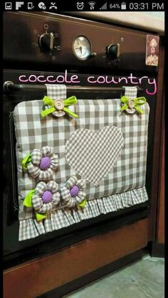 Pon un toque original y creativo en la decoración de tu cocina añadiendo una pequeña cortinilla en la ventana del horno o estufa. Fabric Crafts, Sewing Crafts, Sewing Projects, Projects To Try, Hobbies And Crafts, Diy And Crafts, Love Sewing, Dish Towels, Dish Towel Crafts