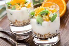 Yogurt casero: 1 unidad de Yogurt natural 1L de Leche entera//En una olla, coloca la leche y calienta sin llegar a hervir. Deja enfriar hasta que alcance los 40 grados.   Espera a que la leche este tibia, ponla en un frasco de vidrio o barro,(no metálico). Agrégale 2 grandes cdas de yogur natural y bate bien. Tapa el recipiente y déjalo reposar durante 6 h y media, a tª ambiente.  La leche se coagula de manera homogénea. (desprenderá un suave aroma láctico). Entonces introdúcelo a la nevera.