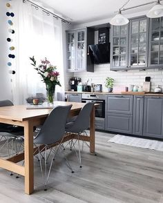 21 Creative Grey Kitchen Cabinet Ideas for Your Kitchen - Design della cucina Kitchen Interior, Grey Kitchens, Kitchen Cabinet Design, Interior, Grey Kitchen, Home Decor, Home Kitchens, Apartment Kitchen, Grey Dining Room
