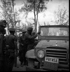 Fidel en Playa Giron junto al jeep del periìodico Revoluciòn.