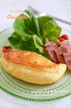 噂のふわふわオムレツを家庭でも♪|レシピブログ • Fuwafuwa~ fluffy and thick on the outside, and smooth and light raw on the inside→ my kind of omelette for b'fast! (*ノ▽ノ) Oh Yum!