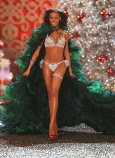 Pin for Later: This Year's Victoria's Secret Fantasy Bra Is Finally Here 2007: The Holiday Fantasy Bra Selita Ebanks wore this bra and panties, priced at $4.5 million, with a cape made to look like a Christmas tree.