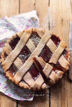 Crostata integrale (marmellata o cioccolato) Vegan Desserts, Delicious Desserts, Yummy Food, Tart Recipes, Sweets Recipes, Crostata Recipe, Jam Tarts, Torte Cake, Cooking Cake