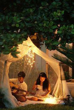お庭があったら薄いチュールでテントを張って、いつもと違ったコーヒータイムを楽しんで。