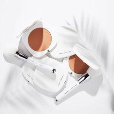 いいね!6,486件、コメント66件 ― Marc Jacobs Beautyさん(@marcbeauty)のInstagramアカウント: 「White shows off a tan the best. Universal bronze. Coconut delight. Seamless matte finish.…」
