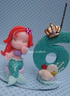 Mini topo confeccionado em biscuit, personalizado,incluso vela com pavio mágico, no tema Princesa Ariel!    Base acrilica formato oval 6x11cm  Vela de aproximadamente 11 cm ( medidas aproximadas) pode ocorrer pequenas variações****  Boneca de Aproximadamente 8cm ( medidas aproximadas) pode ocorre...