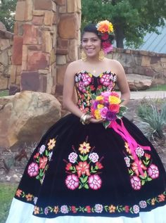 Quinceanera dress - The largest element of the quinceanera for a girl turning fifteen is the dress! The ideal quinceanera gown makes the birthday girl feel like princess. 15 Anos Dresses, Dama Dresses, Quince Dresses, Prom Dresses, Wedding Dresses, Mexican Quinceanera Dresses, Mexican Dresses, Quinceanera Party, Quinceanera Decorations