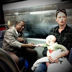 "Babies do not hate, they learn to hate.The next time you teach your son ""stereotypes"", It is important to think deeply - and remember! This emotional photograph."
