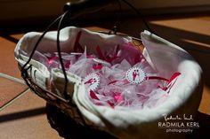 nice wedding basket with wedding guest presents by © radmila kerl photography munich Schöner Hochzeitskorb für Gastgeschenke Hochzeit