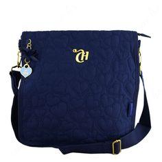 e um bolsa azul da capricho