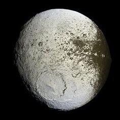 IAPETUS é uma enorme  Nave Mãe alienígena (com cerca de 1.440 km de diâmetro) abandonada  e/ou camuflada em uma estranha e excêntrica órbita de SATURNO, como uma de suas luas, sendo a mais afastada de todas.