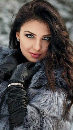 Kastanienbraunes Haar mit Highlights Ideen, die Sie lieben werden Maroon hair with highlights ideas that you will love Most Beautiful Faces, Stunning Eyes, Gorgeous Eyes, Pretty Eyes, Gorgeous Girl, Stunningly Beautiful, Gorgeous Women, Girl Face, Woman Face