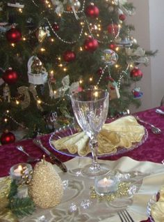 Party Planning - Party Ideas - Cute Food - Holiday Ideas -Tablescapes - Special Occasions And Events - Party Pinching - Christmas Tablescape - Red & Gold