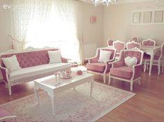 Sırada klasik stilde döşenmiş pespembe bir ev var.. Faile Hanım, eşi ve kızıyla beraber yaşadıkları evlerinde pembe ve beyaz monokrom stili tercih etmiş.. Klasik stildeki mobilyalarını 2 sene önce kap... Living Room Decor On A Budget, Living Room Sofa, Living Room Designs, Antique French Furniture, Classic Furniture, Modern Furniture, Turkish Decor, Cozy Room, Furniture Upholstery