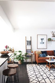 At Home with New Darlings // West Elm couch, coffee table, rug // Indigo and mudcloth pillows // War is over print // Live edge stools // Boho ethnic modern living room design ähnliche tolle Projekte und Ideen wie im Bild vorgestellt findest du auch in unserem Magazin . Wir freuen uns auf deinen Besuch. Liebe Grüße Mimi