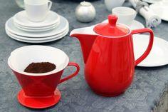 Wie funktioniert der Pour Over? Handgefilterter Kaffee mit Friesland Melitta Filter und Kanne aus Porzellan //  Frisches Wasser zum kochen bringen.  // Filterpapiertüte in den Handfilter einsetzen. // Gewünschte Menge Kaffeemehl in den Filter geben. // Filter auf Kanne oder Becher aufsetzen. // Heißes, nicht mehr kochendes Wasser darüber gießen. // Durchlaufen lassen oder weiteren Aufguss direkt anschließen. Genießen. // Dazu noch einige Tipps, wie Ihnen der Pour Over gut gelingt....