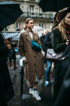 Street style at Paris Haute Couture Week Spring 2018 Street Style Fashion Week, Street Style Edgy, Fashion Mode, Cool Street Fashion, Street Style Looks, Fashion 2018, Street Style Women, Street Chic, Street Wear