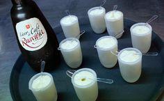 Espuma de Ruavieja licor de café  (1/2l de espuma). - 150g de claras de huevo. - 80g de licor Ruavieja de café. - 90g de nata para montar. - 70g de agua. - 70g de azúcar. - 2 cápsulas de gas. - 1 sifón de medio litro.   Elaborar un almíbar tanto por tanto (TPT) agua y azúcar y enfriar En un bol romper las claras con unas varillas, añadir el resto de ingredientes y mezclar. Colar la mezcla y llenar el sifón. Cargar dos cápsulas de gas y reposar 1h en el frigorífico. Servir en copa martini.