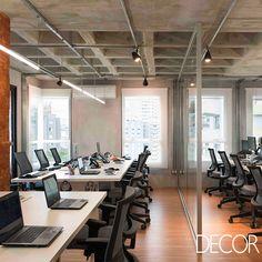 Assinado pelo estúdio Viviane Gobbato Arquitetura, projeto de interiores do escritório do Banco Neon combina laje colméia com paredes revestidas em cimento queimado e tijolos aparentes.