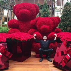So Excited to get to São Paulo, Brazil today to unveil our NEW 2018 amazing Holiday Installations - These installations have become so… Lua Party Ideas, Jeff Leatham, Flower Wall, Flower Decorations, Party Planning, Modern, Backdrops, Reception, Christmas Tree