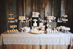 Cupcake bar for dessert! Diy Dessert Table, Buffet Dessert, Deco Buffet, Candy Table, Candy Buffet, Dessert Bars, Candybar Wedding, Dessert Bar Wedding, Wedding Candy