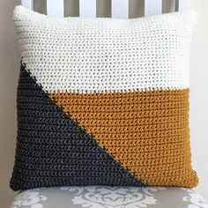 Crochet pattern for easy crochet color block pillow cover with fringe. This would make a great housewarming gift! Crochet pattern for easy crochet color block pillow cover with Crochet Pillow Cases, Crochet Cushion Cover, Knit Pillow, Crochet Cushions, Blanket Crochet, Crochet Granny, Unique Crochet, Diy Crochet, I Love This Yarn