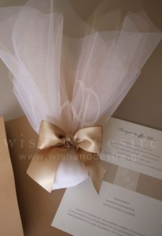μπομπονιέρα γαμου με λευκο και μοκα γαλλικό τούλι με φιόγκο & set προσκλητήριο γαμου