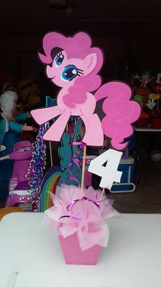 My Little Pony party decorations: centerpieces Festa Do My Little Pony, Little Pony Cake, My Little Pony Birthday Party, Unicorn Birthday Parties, Unicorn Party, Birthday Party Decorations, 5th Birthday, Little Poney, Barbie Birthday